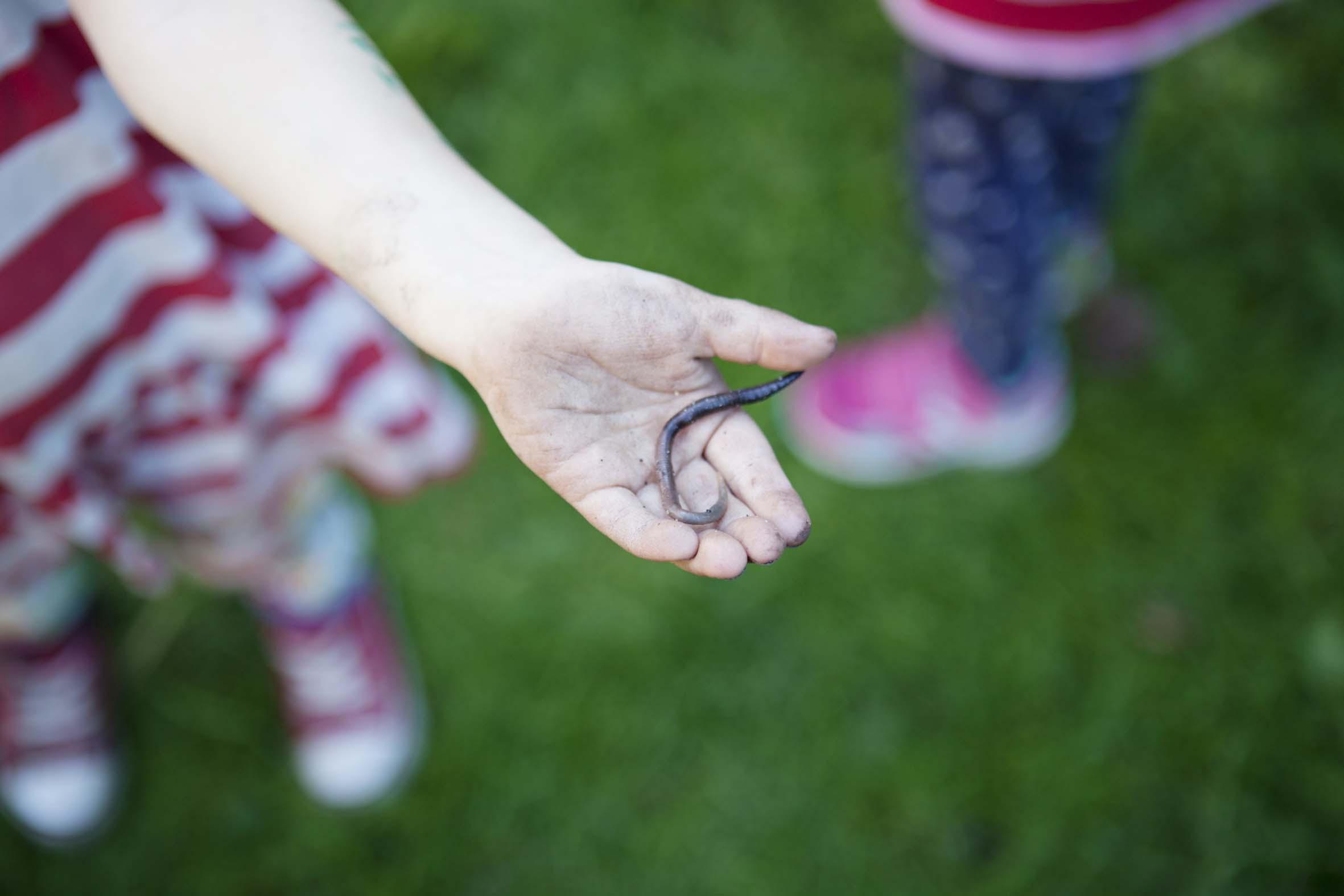 Barn visar mask som ligger i handen.