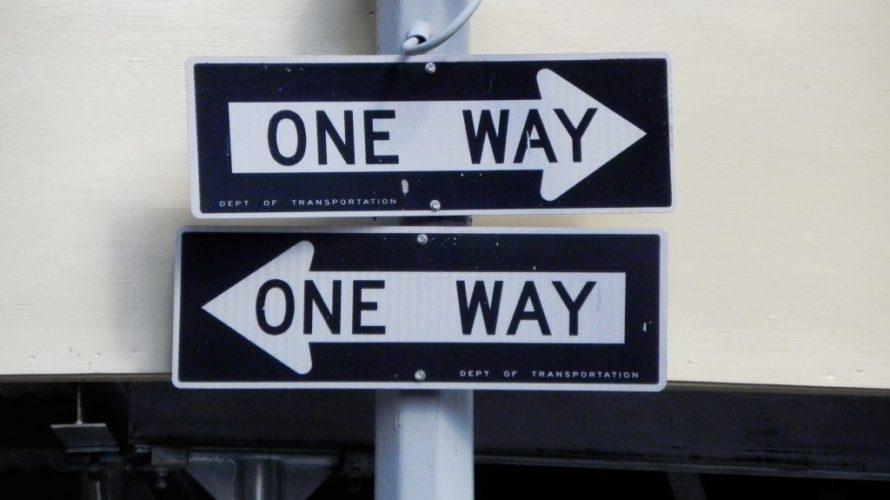 Två pilar pekar åt varsitt håll, dock är båda enkelriktade.