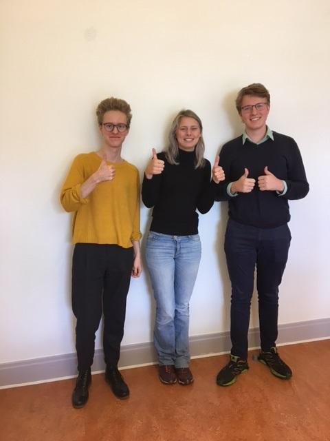Tre elever gör tummen upp.