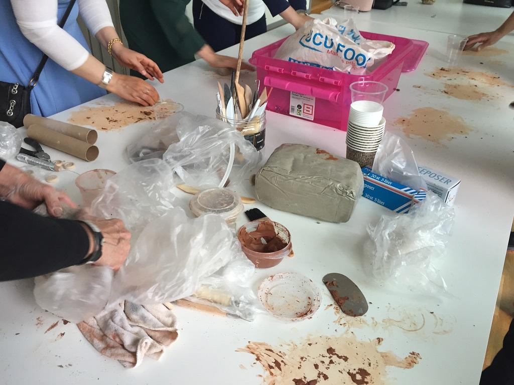 Pedagoger arbetar med lera.