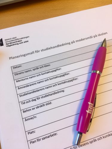 Penna ligger på planeringsmall för studiehandledning.