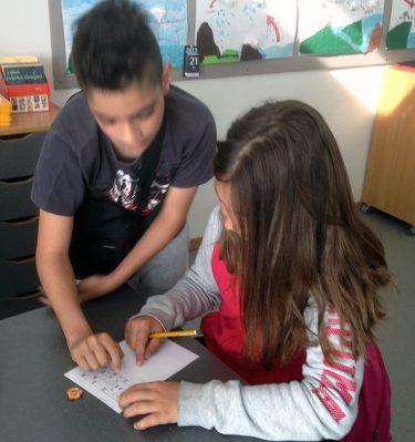 Elev hjälper en annan med matten.