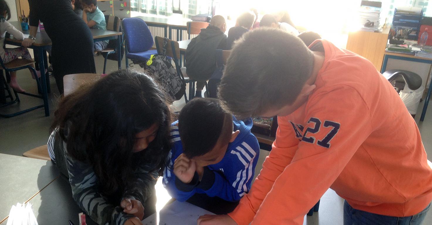 Elever hjälper varandra.