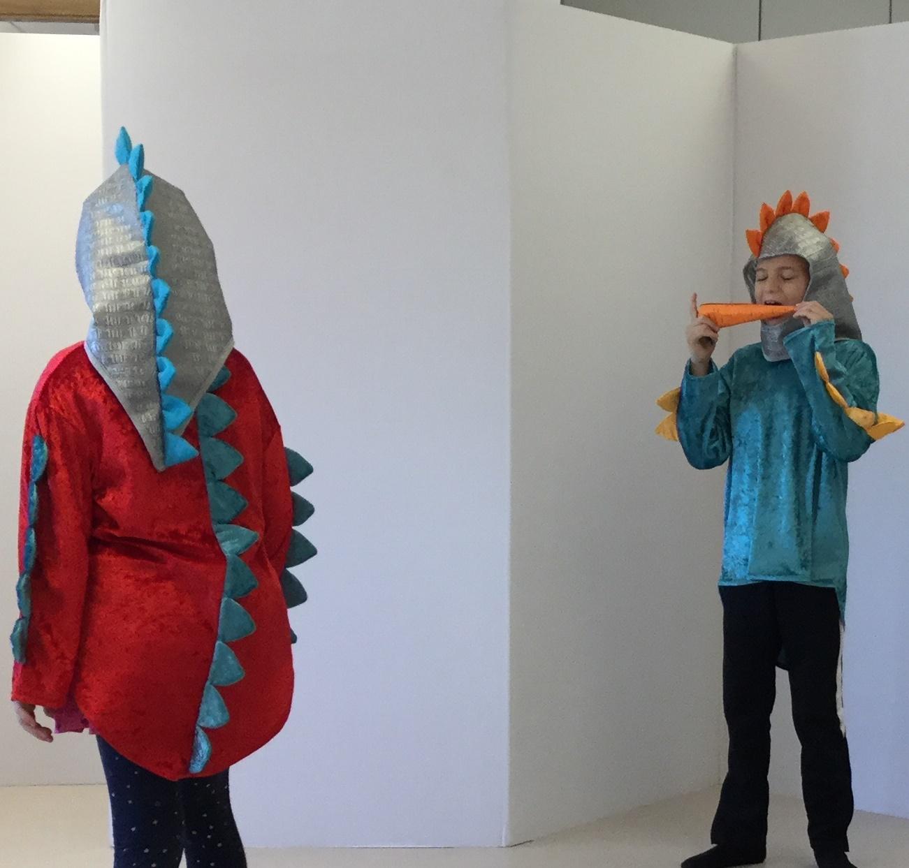Elever klädda som dinosaurier.
