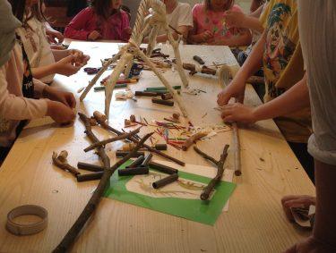 Elever pysslar ihop skelett.