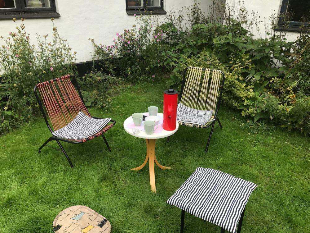Kaffe uppdukat i trädgård.