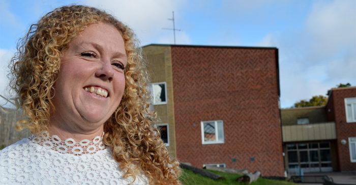 Ida Nilsson står på skolgården.