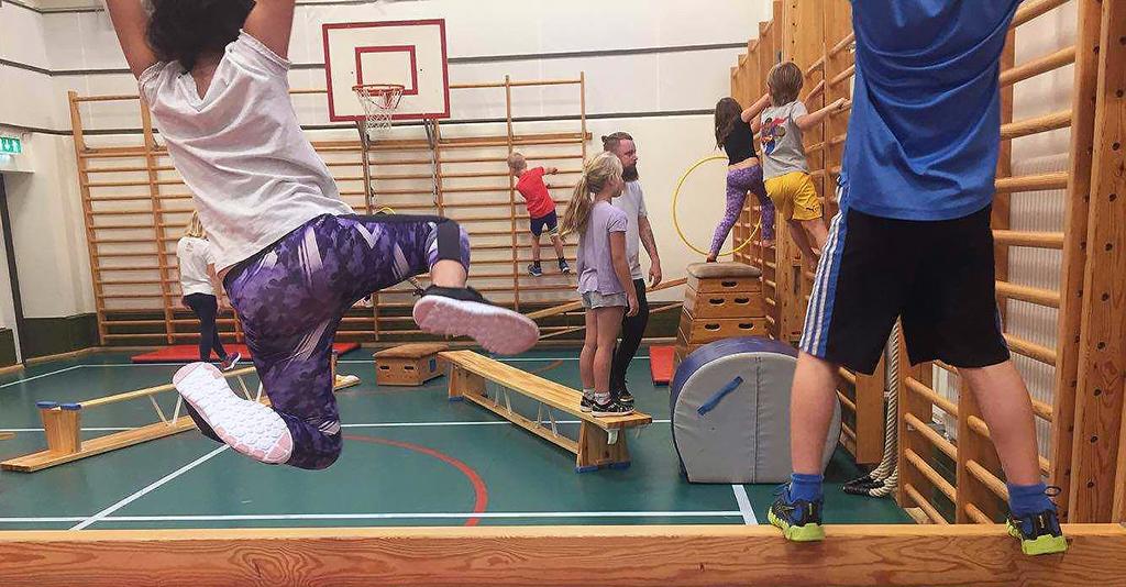 Barn hänger i ribbstolar.