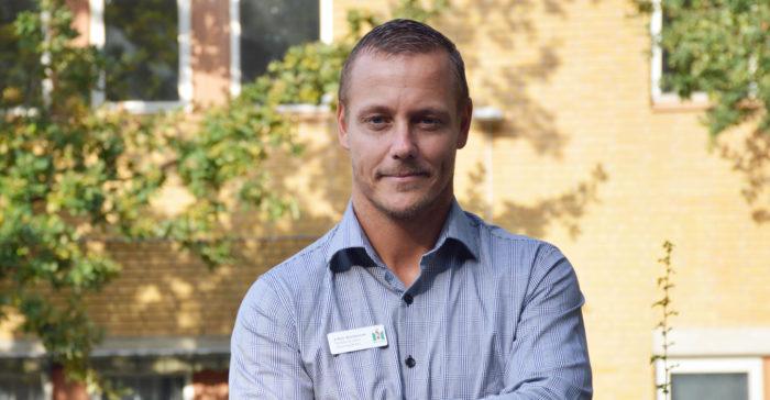 Johan Rasmusson står på skolgården.