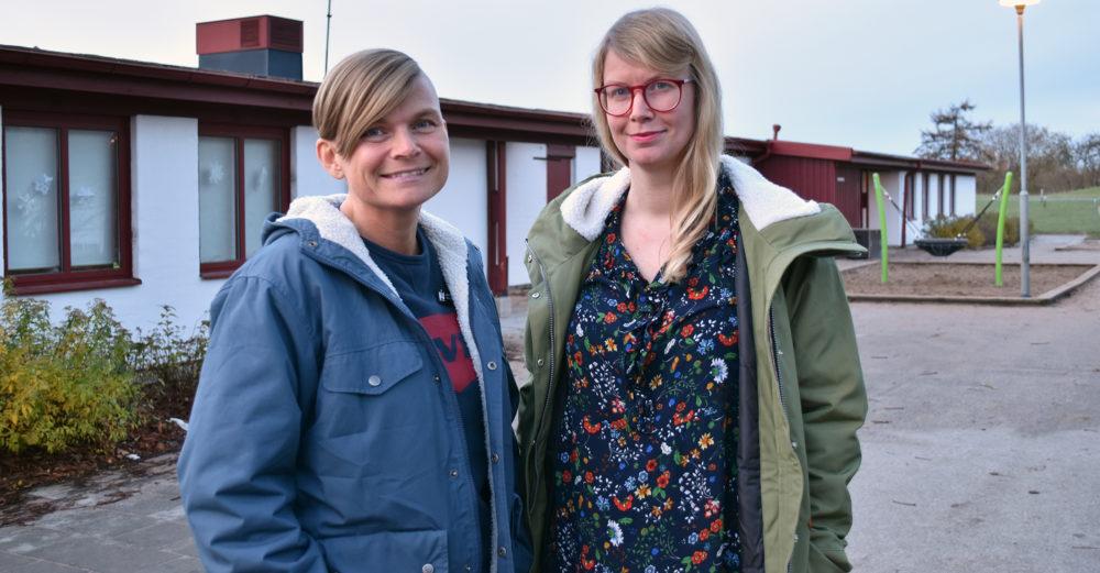 Två kvinnor står utanför förskola.