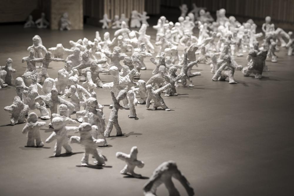 Människoskulpturer i gips.