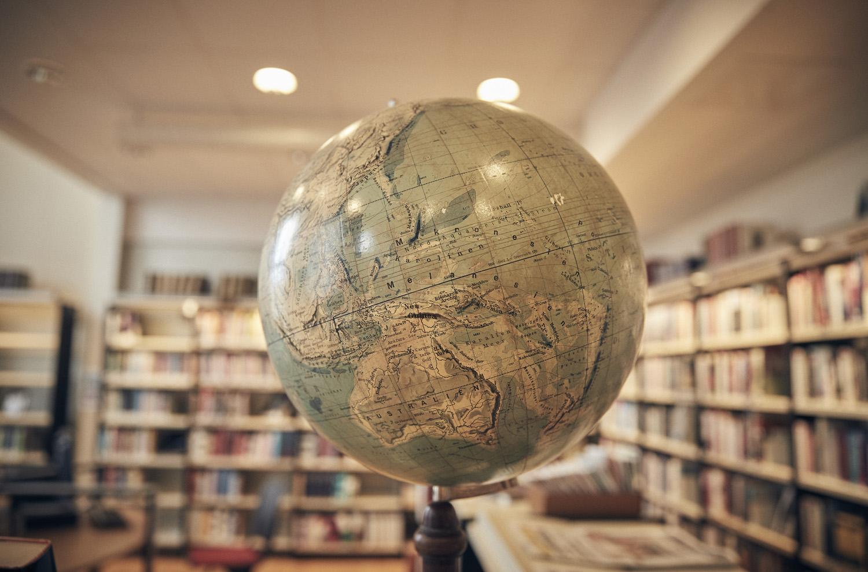 Jordglob i bibliotek.