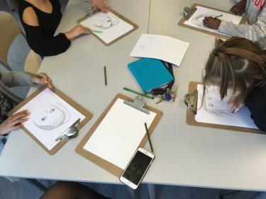 Elever tecknar porträtt.