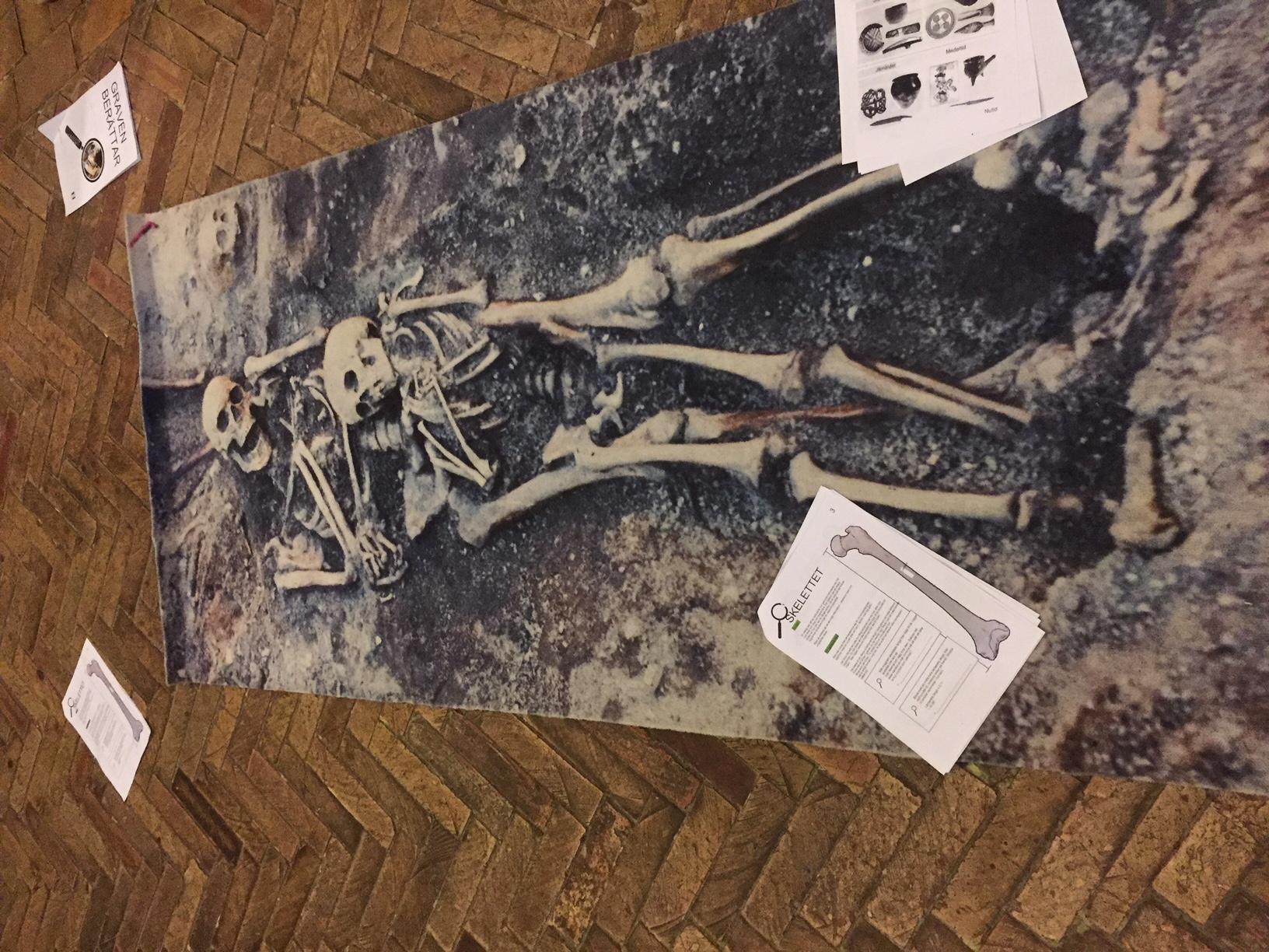 Matta med skelett på.