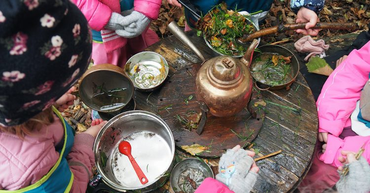 Barn kokar ogrässoppa.