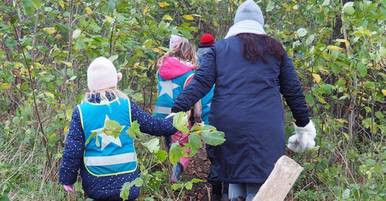 Pedagog och barn går genom snår.
