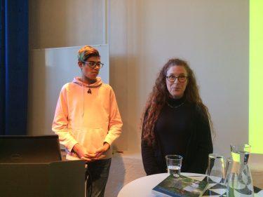 Katrina Fornell och en elev föreläser.