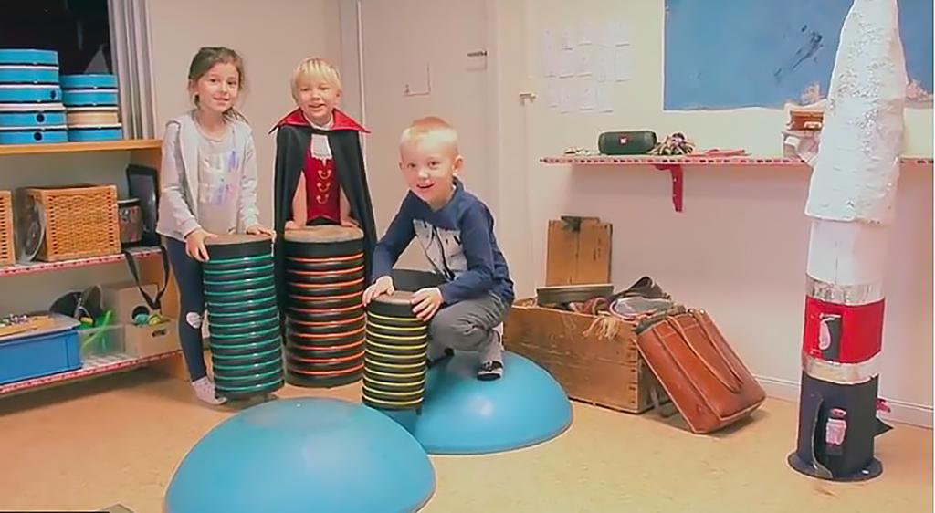 Tre barn håller varsin trumma.