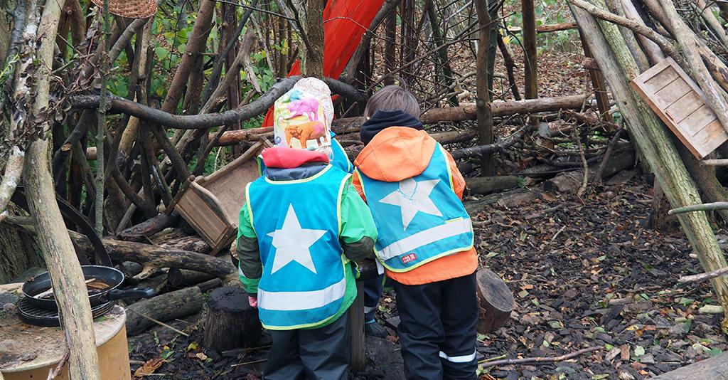 Barn bygger koja.