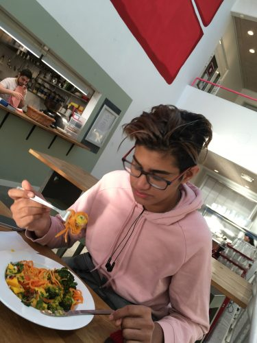 Elev äter lunch.