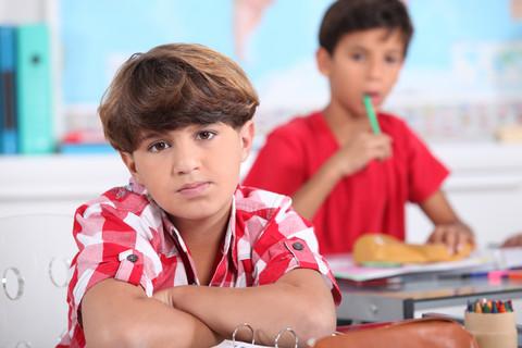 Två pojkar sitter i klassrum.