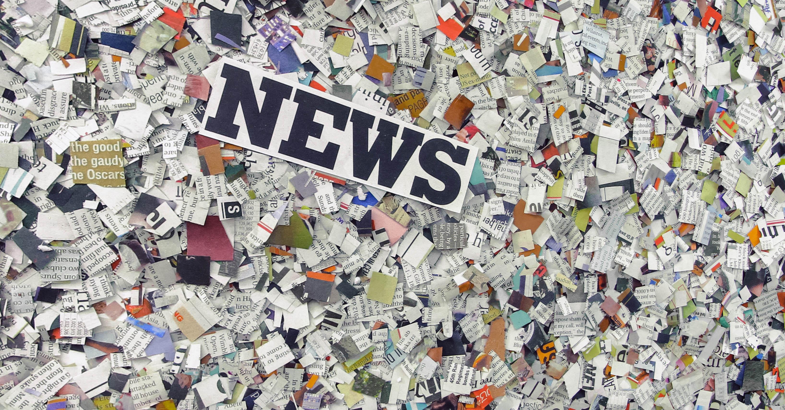 News står på tidningsurklippsconfetti.
