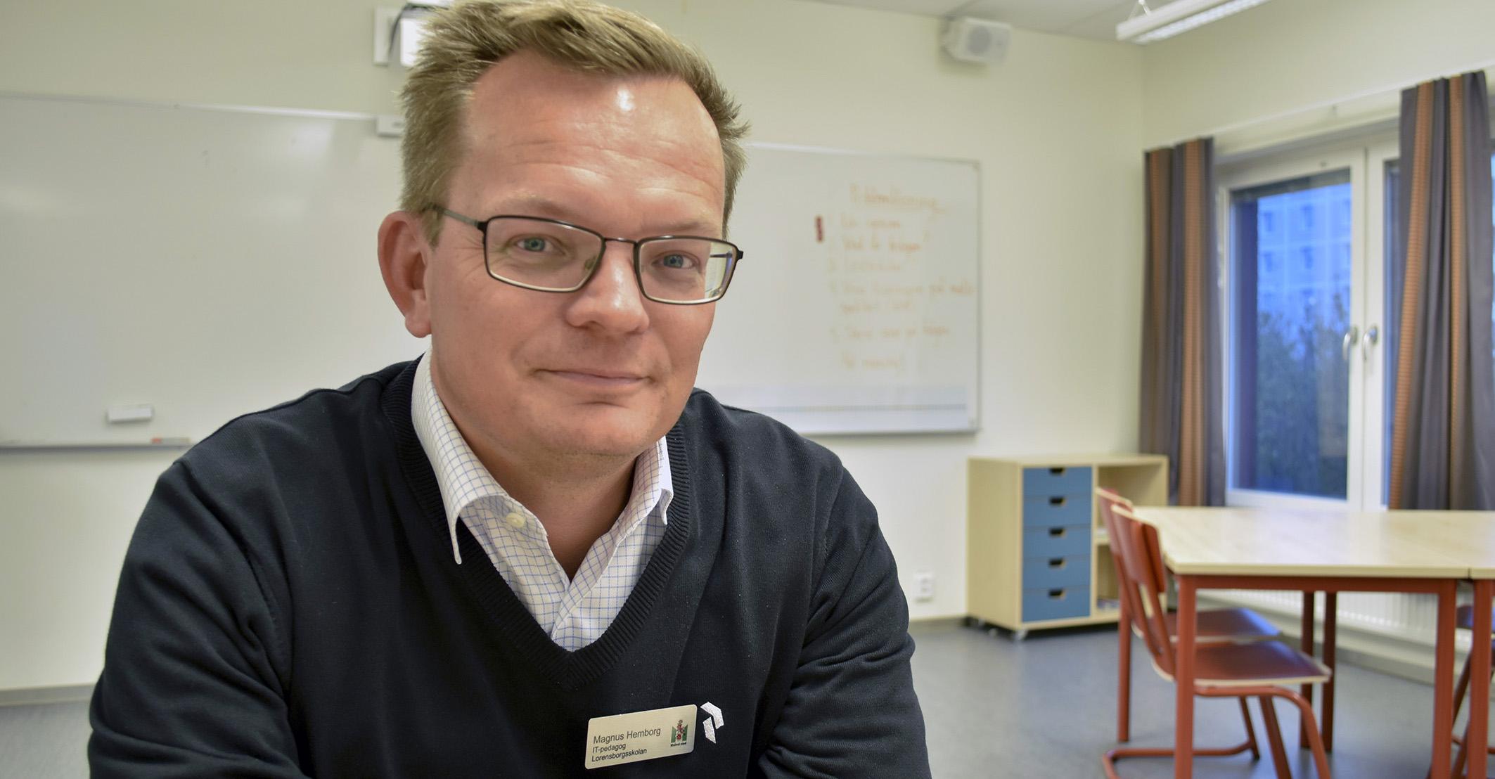 Magnus Hemborg i klassrum.
