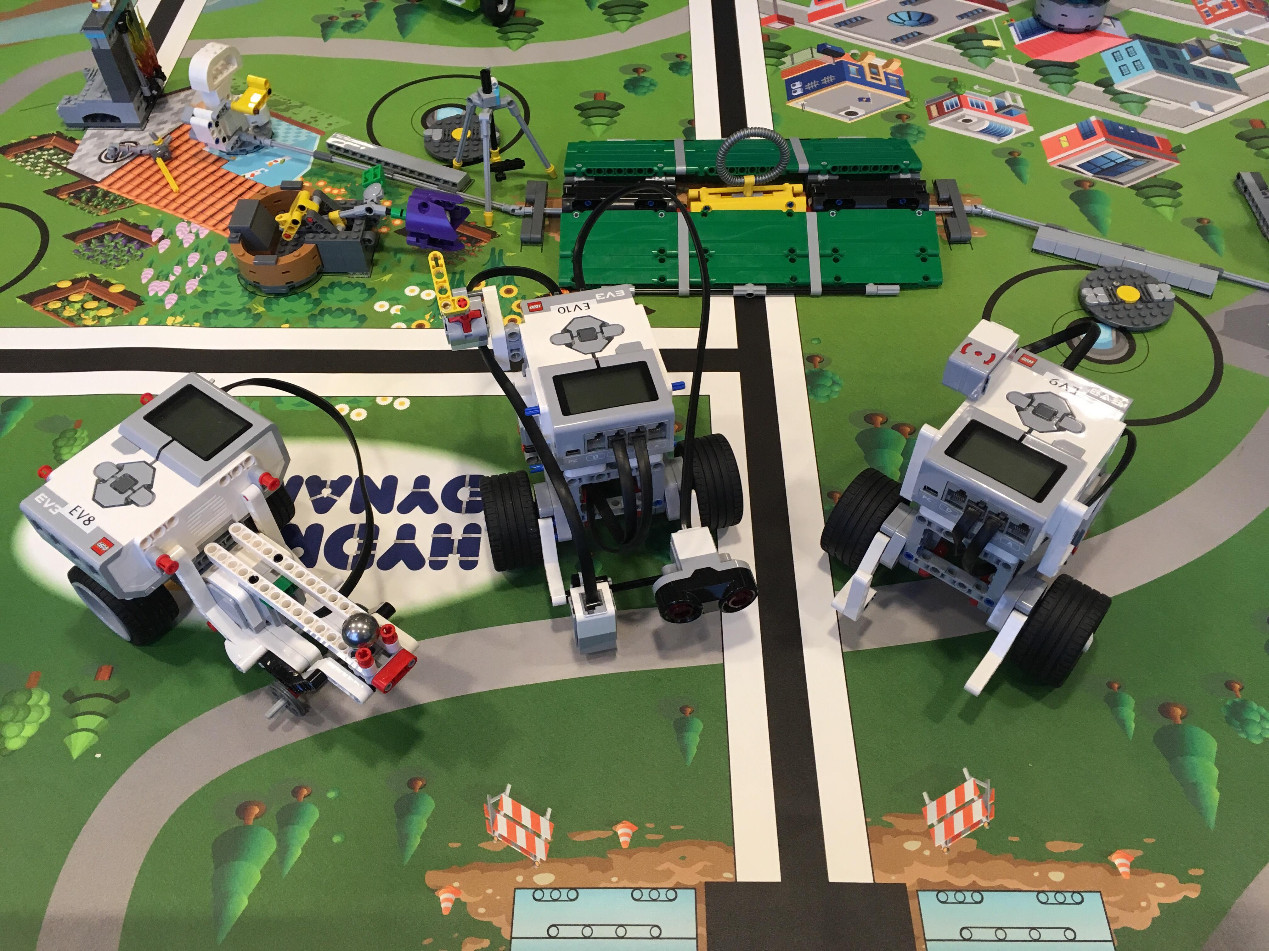 Lego-robotar står på legobord.