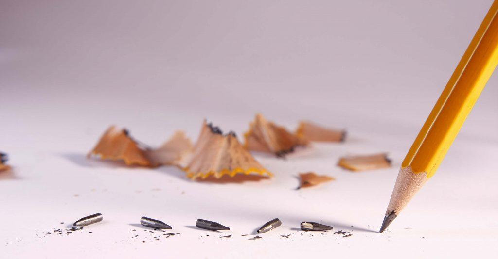 Blyertspennas spets har blivit avbruten flera gånger.