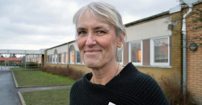 Eva Görhn framför Videdalsskolan.