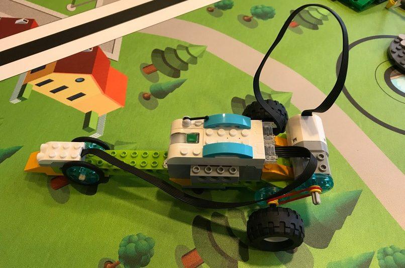 Legorobot står på legobord.