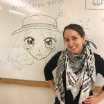 Natalia Batista framför whiteboard där manga-flicka är tecknad.