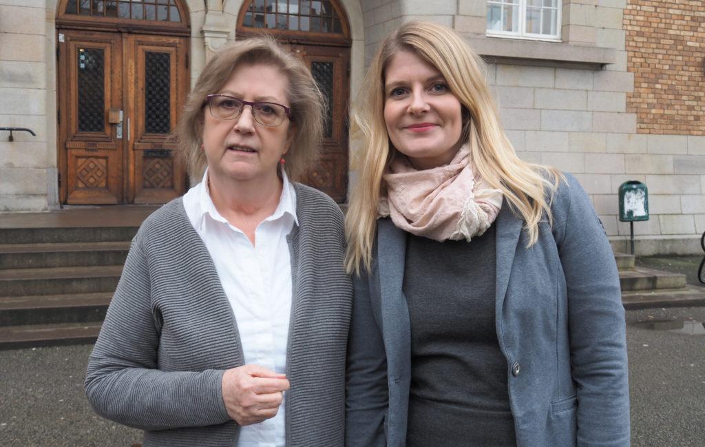 Eva Henriksson Garatea och Emma Wiking och Emma Wiking står framför S:t Petri skola.