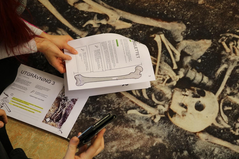 Matta där ett skelett är avbildat.