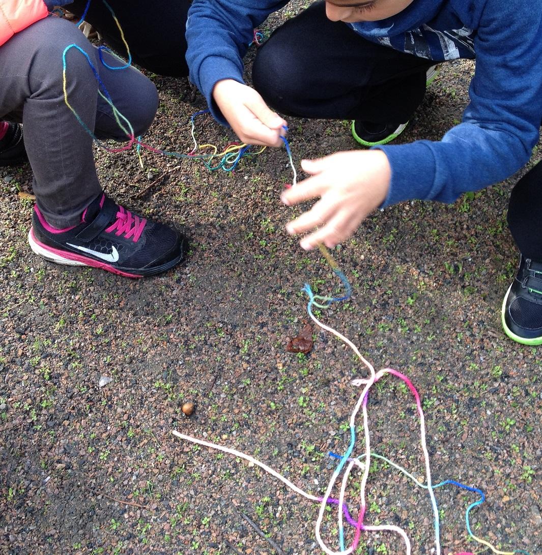 Barn knyter ihop band.