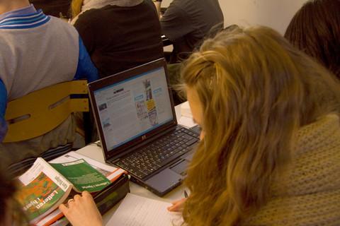 Elev arbetar vid dator.