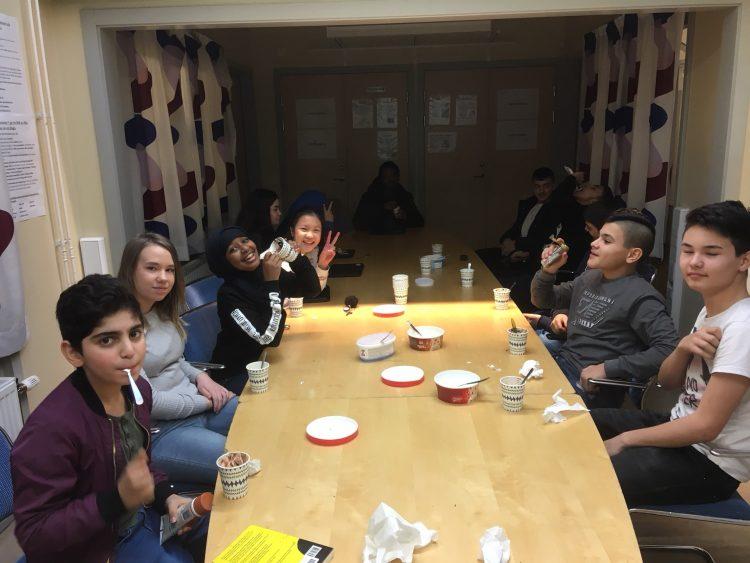 Elever sitter och äter glass.