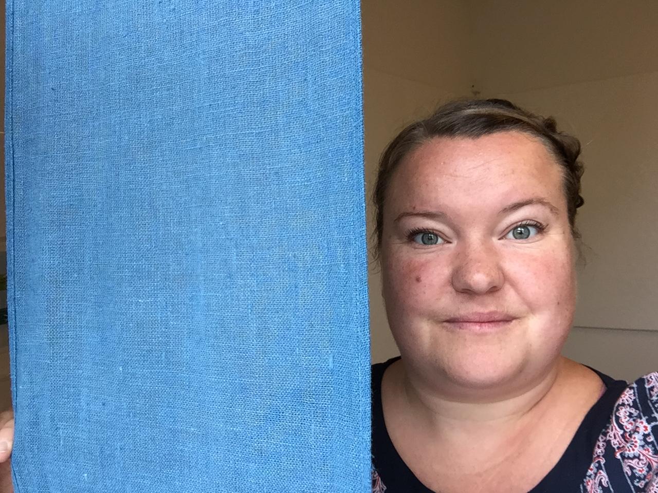 Johanna Kratzer, förste förskollärare, tittar fram bakom blått skynke.