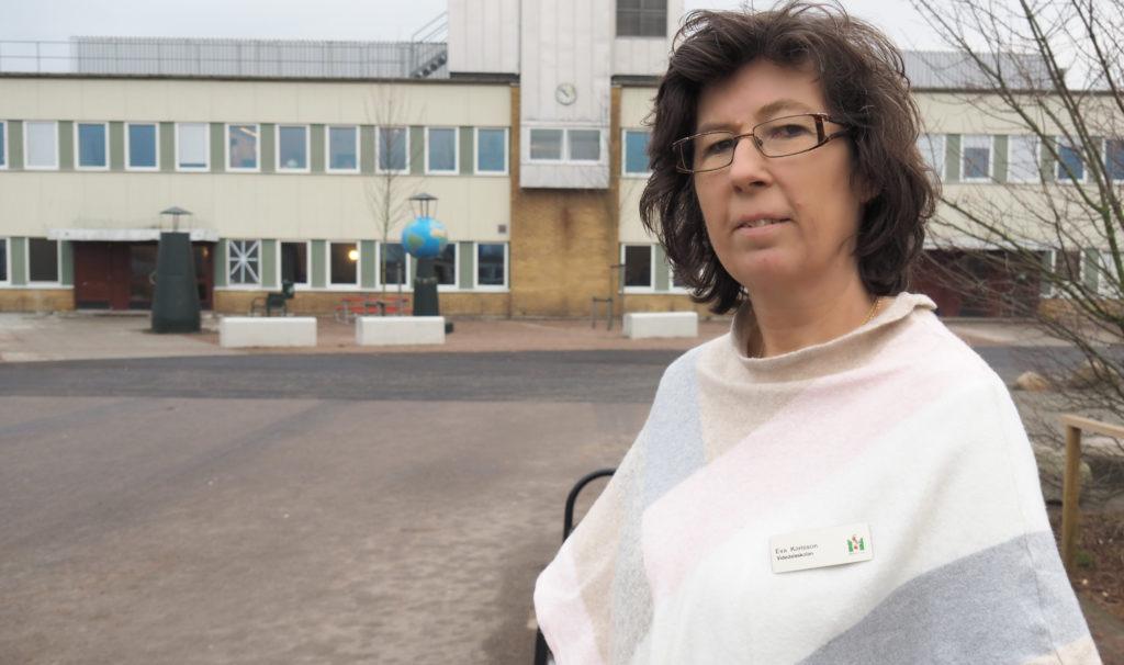 Eva Karlsson står framför Videdalsskolan.