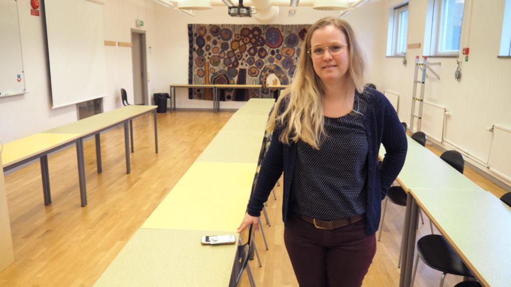 Tina Gunnarsson, spansklärare, står vid ett bord.