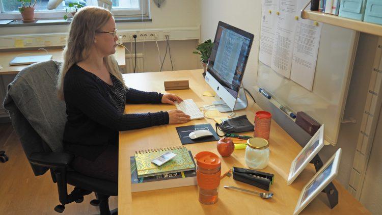 TIna Gunnarsson, spansklärare, sitter vid skrivbord och arbetar.