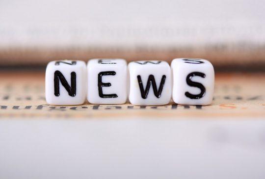 Ordet news står på tärningar.
