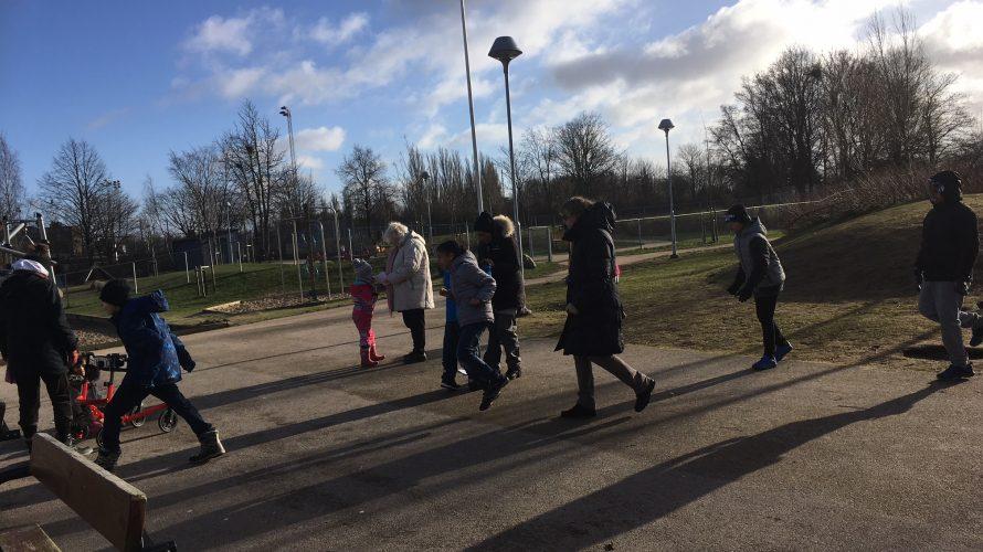 Barn och elever går över skolgård.