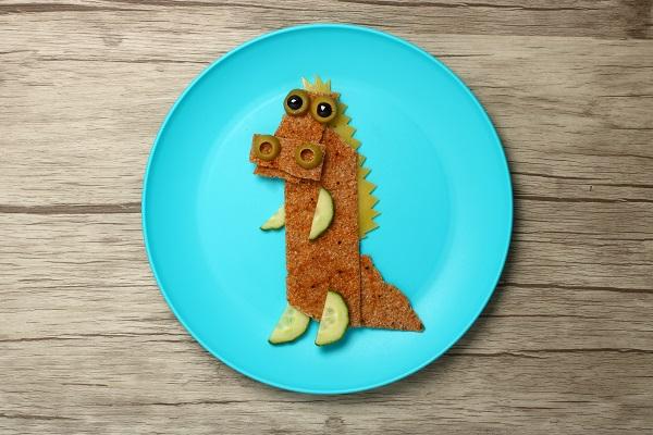 Krokodil gjord av knäckebröd och gurka.
