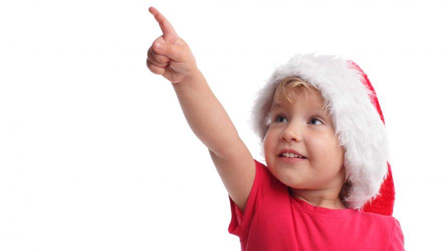 Barn i tomteluva pekar uppåt.