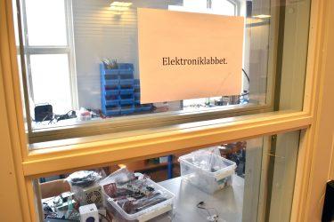 Ingång till elektroniklabbet där det finns fullt av tekniskt material.