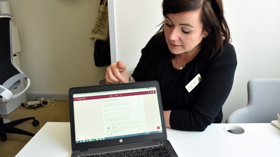 Pernilla Unsgård sitter vid uppslagen bärbar dator.