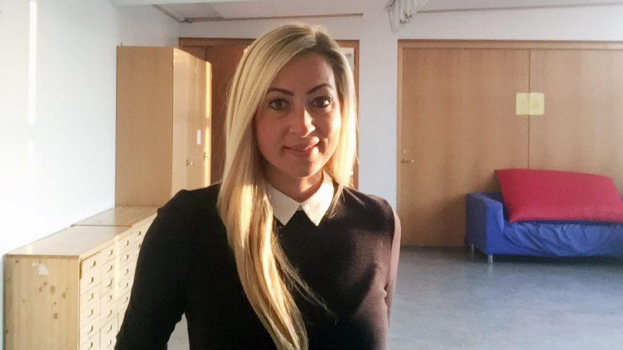 Madlen Öberg står i ett klassrum.
