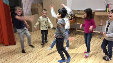 Barn leker och dansar.