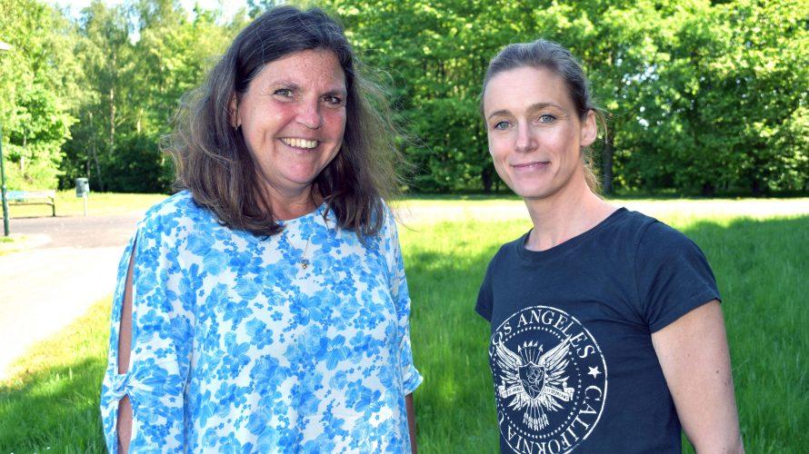 Margareta Fehland, kurator, och Caroline Weibull, specialpedagog står på gräsmatta.